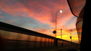 車窓から見た夕暮れの景色